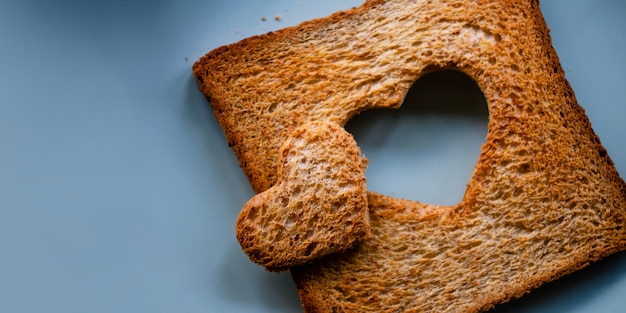 Концепция любви жареный ломтик поджаренного хлеба с сердечком на столе