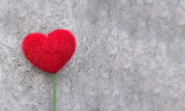 Концепция любви: красная форма сердца на цементе