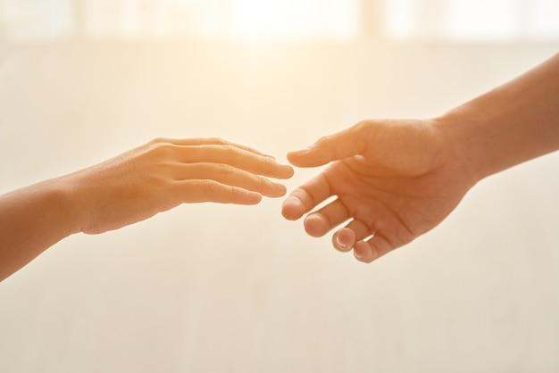 서로 확장 된 손으로 표현 된 사랑 개념