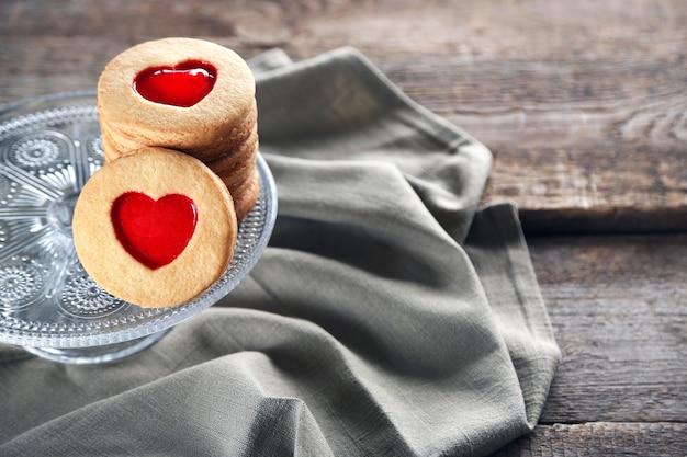 木製の背景に灰色の布でクッキーが大好きです