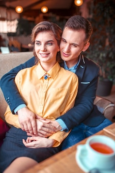 愛のカップル抱擁とウィンドウを見て