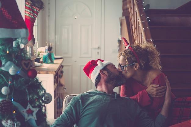 屋内でクリスマス休暇のカップルを愛する