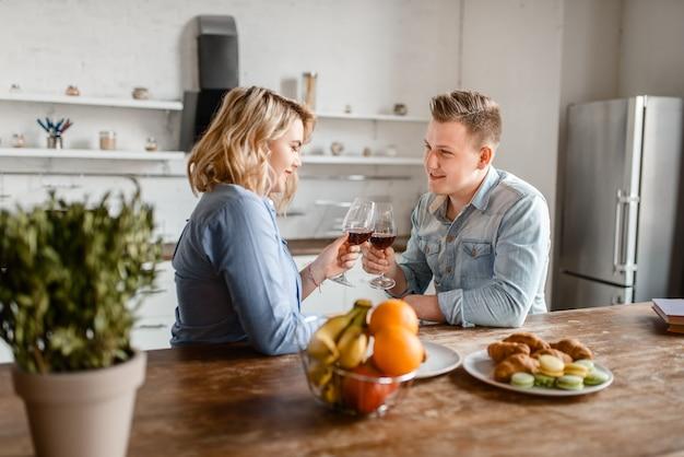テーブルに座って愛するカップル、ロマンチックなディナー。