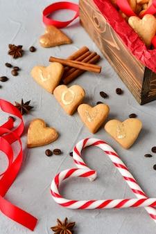 Печенье в форме сердца, на печенье буквы love.decor красные ленточки. счастливого дня святого валентина