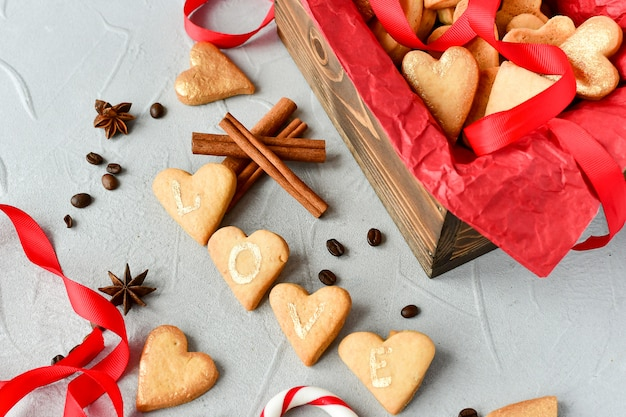 ハート型のクッキー、クッキー文字love.decor赤いリボン。幸せなバレンタインデー