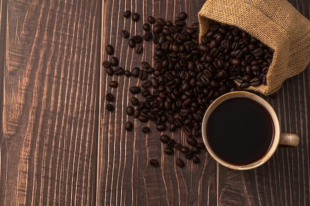 Люблю пить кофе, кофейные кружки и кофейные зерна на столе