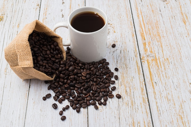 テーブルの上でコーヒー、コーヒーマグ、コーヒー豆を飲むのが大好き