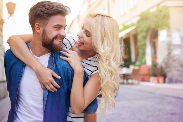 젊은 커플의 포용 사랑