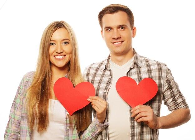 Концепция любви, семьи и людей. счастливая пара в любви держит красное сердце