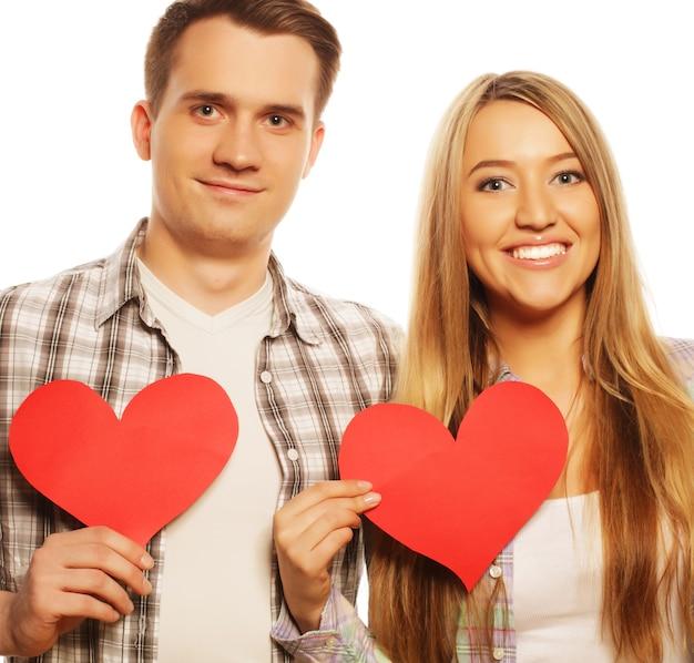 사랑, 가족, 사람 개념:붉은 마음을 들고 사랑에 빠진 행복한 커플