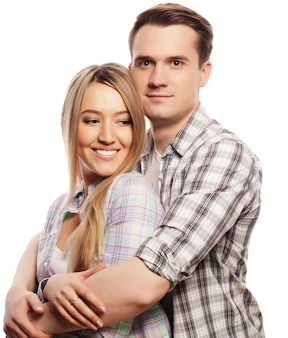 愛、家族、人々の概念:ホワイトスペースを抱いて素敵な幸せなカップル。