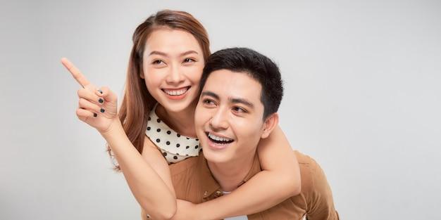 Любить навсегда. молодой азиатский красивый парень спрятал своего симпатичного любовника в повседневной одежде на белом фоне