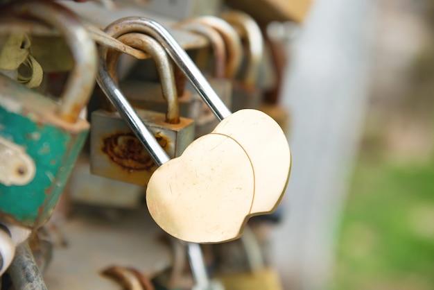 Любовный золотой романтический замок с сердечком на мосту