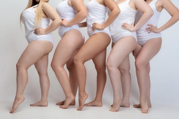 Innamorato e in armonia con me stesso. close up plus size giovani donne in posa su bianco