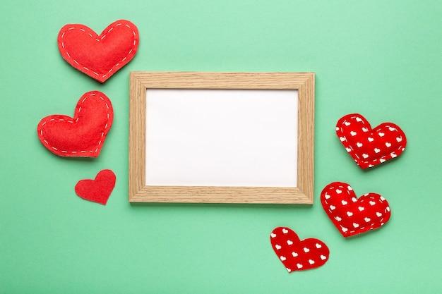 パステルカラーの背景のコピースペースの上面図、バレンタインデーのコンセプトにハートフレームが大好き