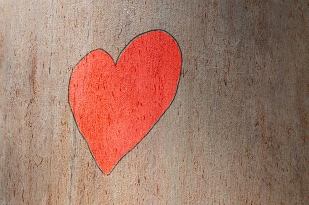 Любовь сердце ручной росписью на стволе дерева. любовь