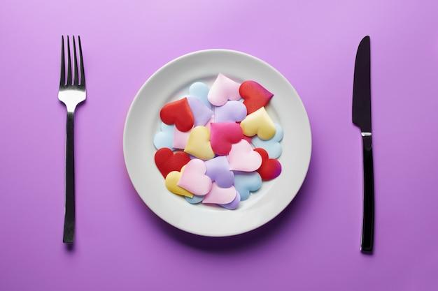 Любовь сердца в тарелку. секс флирт концепции. влюбиться в разных партнеров. выберите новую девушку или парня. разнородность и концепция многоженства.