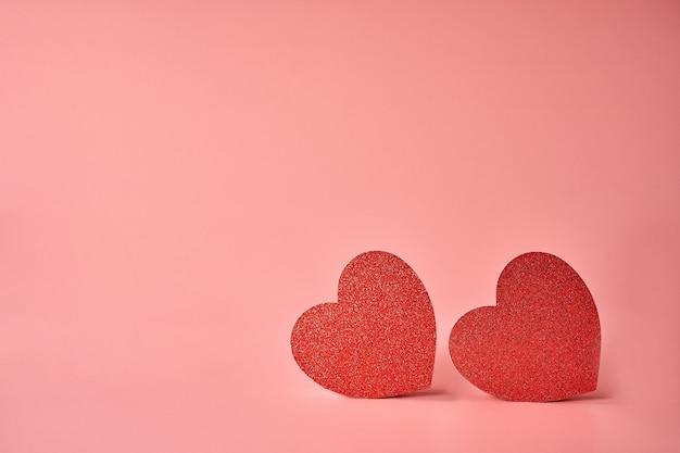 木製のテクスチャの背景にハートが大好きです。バレンタインデーカードのコンセプト。バレンタインデーの背景の心。