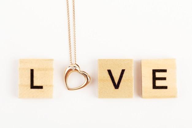 Любовная надпись на белом с сердечком