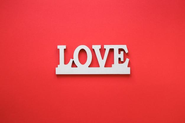 赤いテーブルに愛の碑文