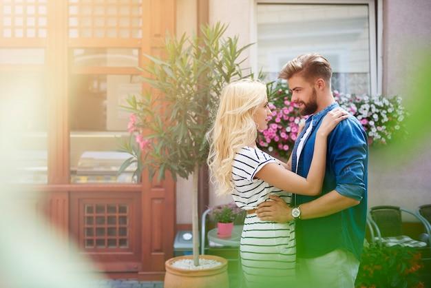 사랑이 공기 중에 있습니다. 길거리에서 포옹하는 커플