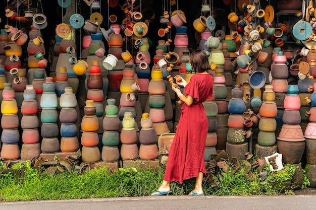 사랑해. 그녀의 친구를 위해 냄비를 사려고 하는 동안 반 위치에 서 있는 친절한 소녀