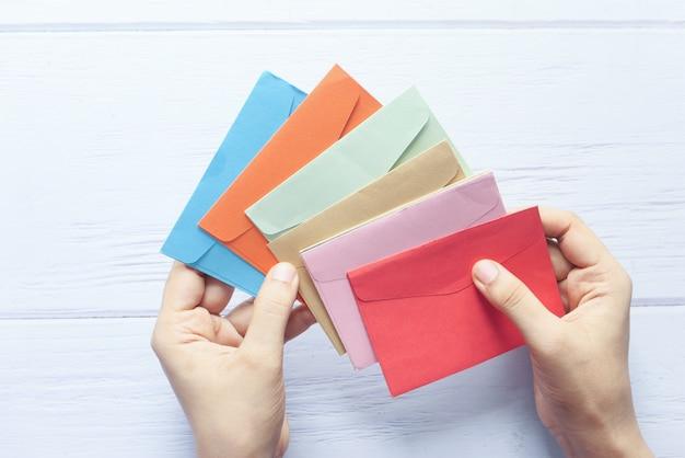 赤いスペース、トップビューで女性の手のラブレター。