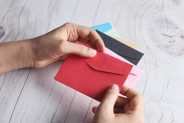 赤、トップビューで女性の手のラブレター。