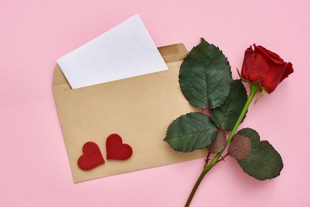 Бумага для заметок любовного письма с красной розой в конверте и декоративными сердечками