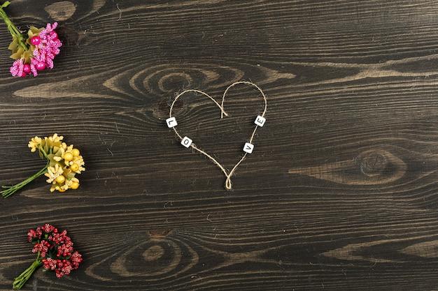 木製の背景に花とラブレター