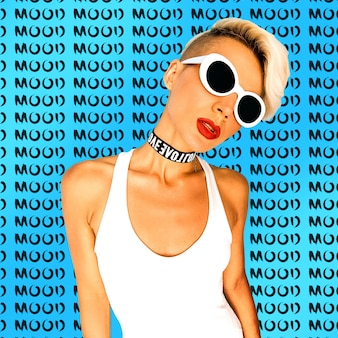Любовное настроение стильная девушка в модных аксессуарах очки и колье ночной клуб музыка флюиды