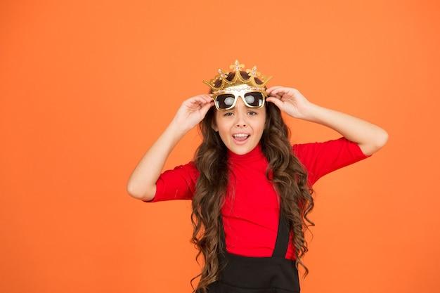 나 자신을 사랑해. 이기적인 아이. 어린 소녀는 소품 왕관과 안경을 착용합니다. 야망이 있는 작은 이기주의자. 이기적이고 이기적입니다. 자존심과 자존심. 때로는 이기적이어도 괜찮습니다.