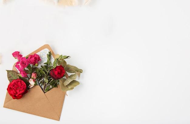 Любовь или концепция дня святого валентина. красные красивые розы в envelopen