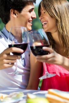 L'amore al di fuori attraente per adulti pomeriggio