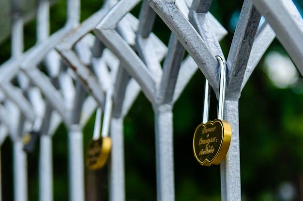 Замки любви на мосту в городском парке
