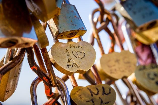 Висячие замки love paris на заборе