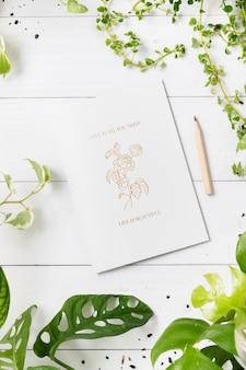 Цитата любви и рисунок розы на белой бумаге
