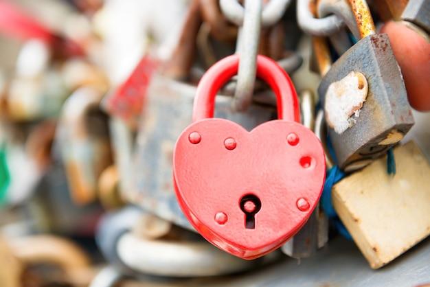 Замок любви красный романтика на мосту