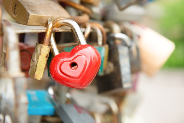 Замок love red romance с сердечком на мосту