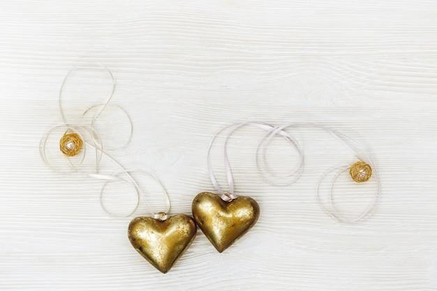 Концепция праздника любви романтики для свадьбы или дня святого валентина прекрасные золотые сердца