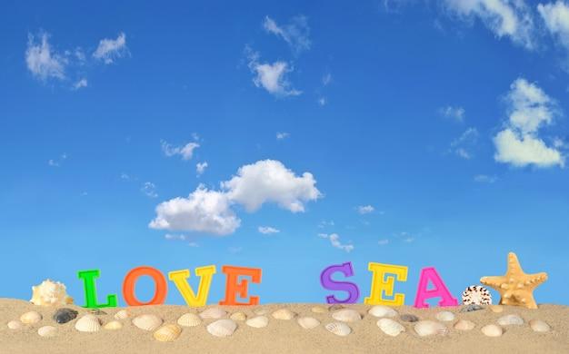 푸른 하늘에 대 한 해변 모래에 바다 편지를 사랑
