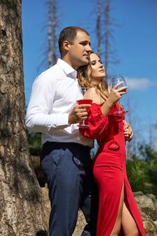 森の中の自然の中で春に愛する男女のカップルのラブストーリー。カップルの抱擁、公園でのピクニック