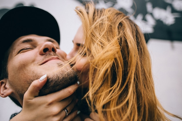История любви красивого молодого мужчины и женщины