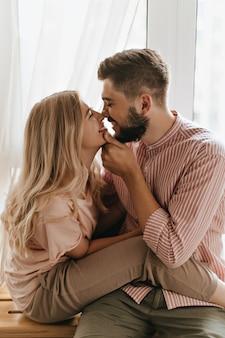 젊은 부부의 사랑 이야기. 남자와 여자는 코로 서로를 만지고 있습니다.
