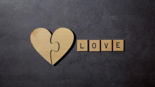 愛のテキスト単語木製ブロックwith木製ハート