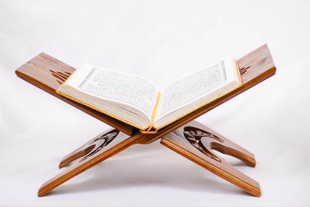 흰색 배경에 고립 된 읽기 거룩한 꾸란을 사랑
