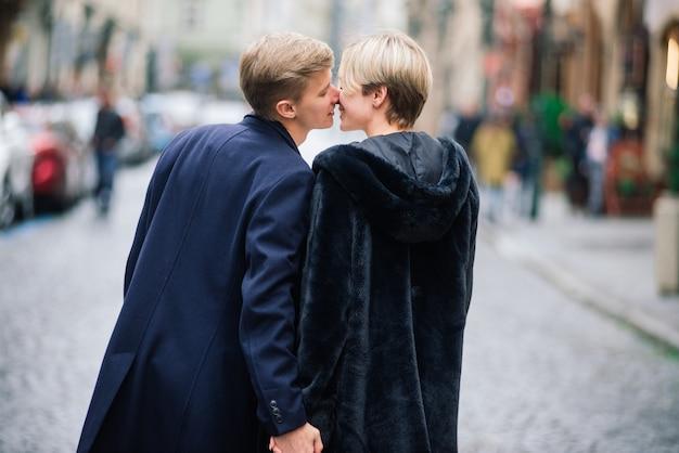 愛、旅行、観光、関係、デートのコンセプト-通りで抱き締めるロマンチックな幸せなカップル。プラハの聖バレンタインの休日