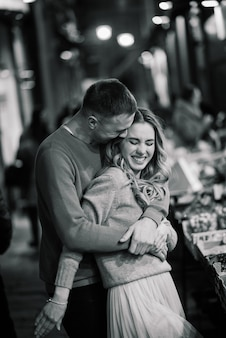 Концепция любви, путешествий, туризма, отношений и свиданий - романтическая счастливая пара, обнимающаяся на улице. день святого валентина
