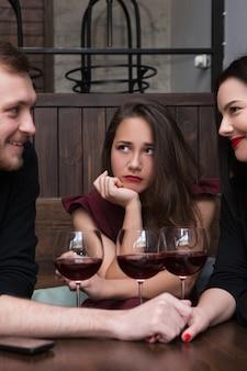 삼각 관계. 관계에 대한 여성의 질투. 세 번째 바퀴 여성, 불편한 상황. 친구와 속임수, 낭만적 인 회사의 슬픈 소녀, 외로움 개념