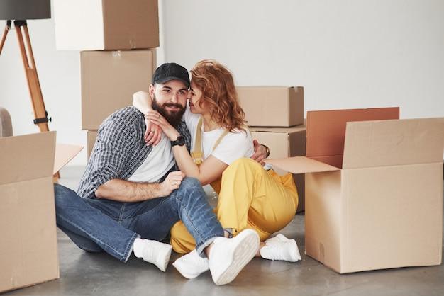 Innamorati l'uno dell'altro. coppia felice insieme nella loro nuova casa. concezione del movimento